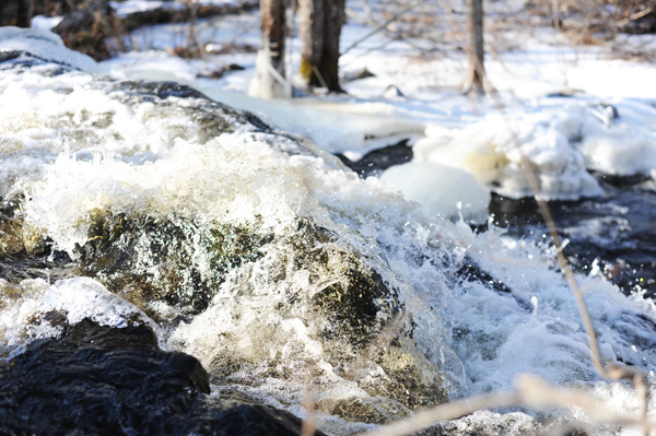 splashing_waterfall_maine_winter