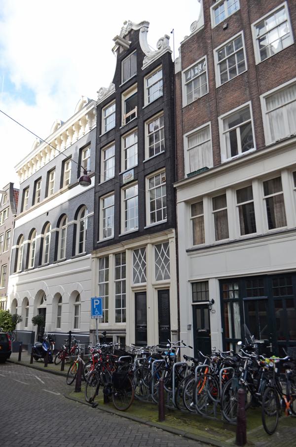amsterdam_bicycles_buildings