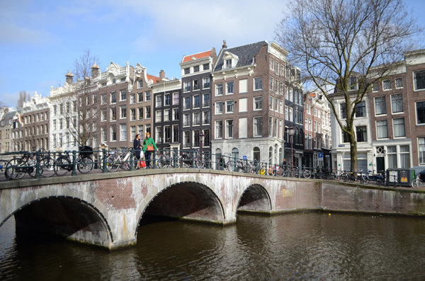 amsterdam_canal_bicycles