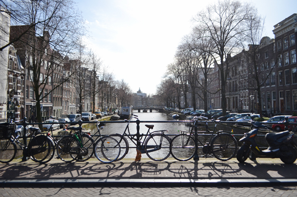 bicycles_canals_amsterdam