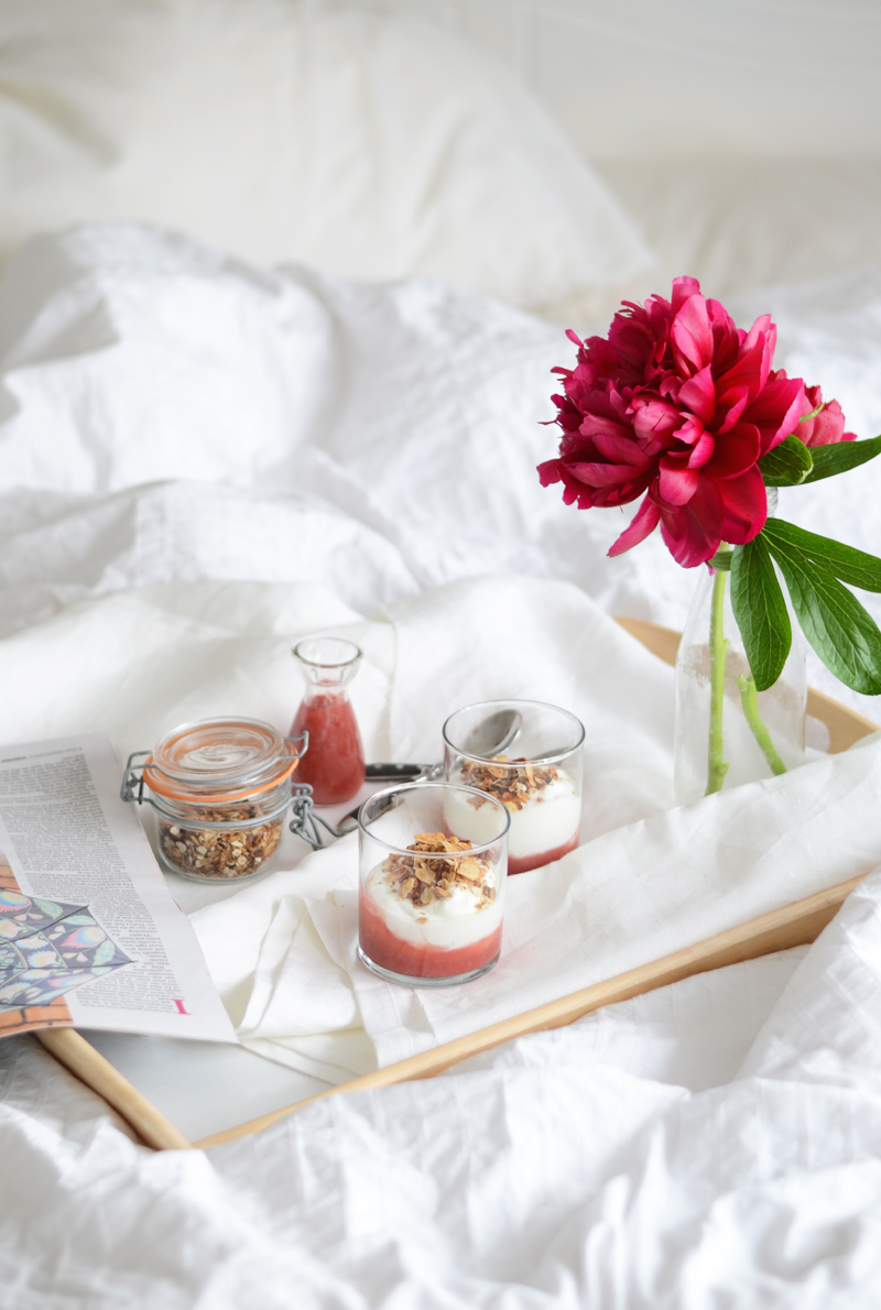 breakfast-granola-yogurt